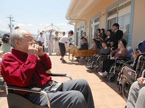 ご入居者のお一人が演奏するハーモニカに合わせ、ご入居の皆さんで「故郷」を合唱しました